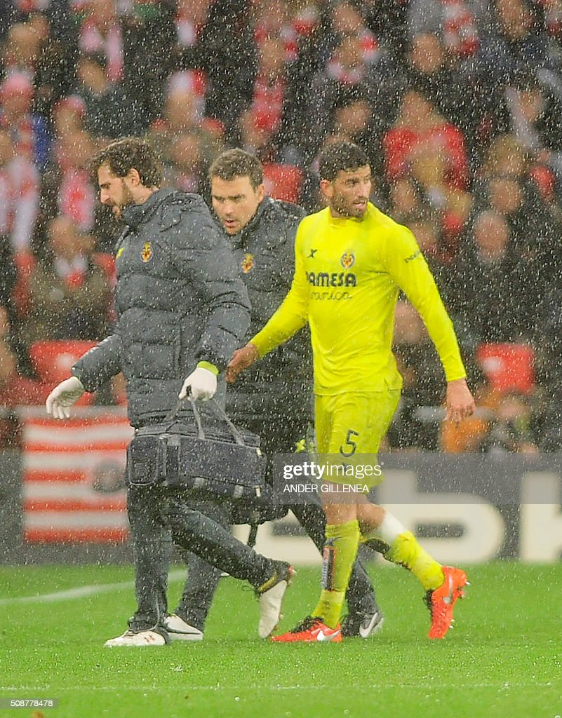 Villarreal's Argentinian defender Mateo Pablo Musacchio (R) leaves the pitch injured during the Spanish league football match Athletic Club Bilbao vs Villarreal CF at the San Mames stadium in Bilbao on February 6, 2016. AFP PHOTO / ANDER GILLENEA / AFP / ANDER GILLENEA