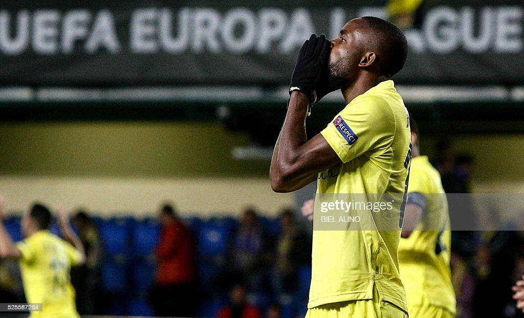 Villarreal's Congolese forward Cedric Bakambu gestures during the UEFA Europa League semifinal first leg football match Villarreal CF vs Liverpool FC at El Madrigal stadium in Vila-real on April 28, 2016. / AFP / BIEL