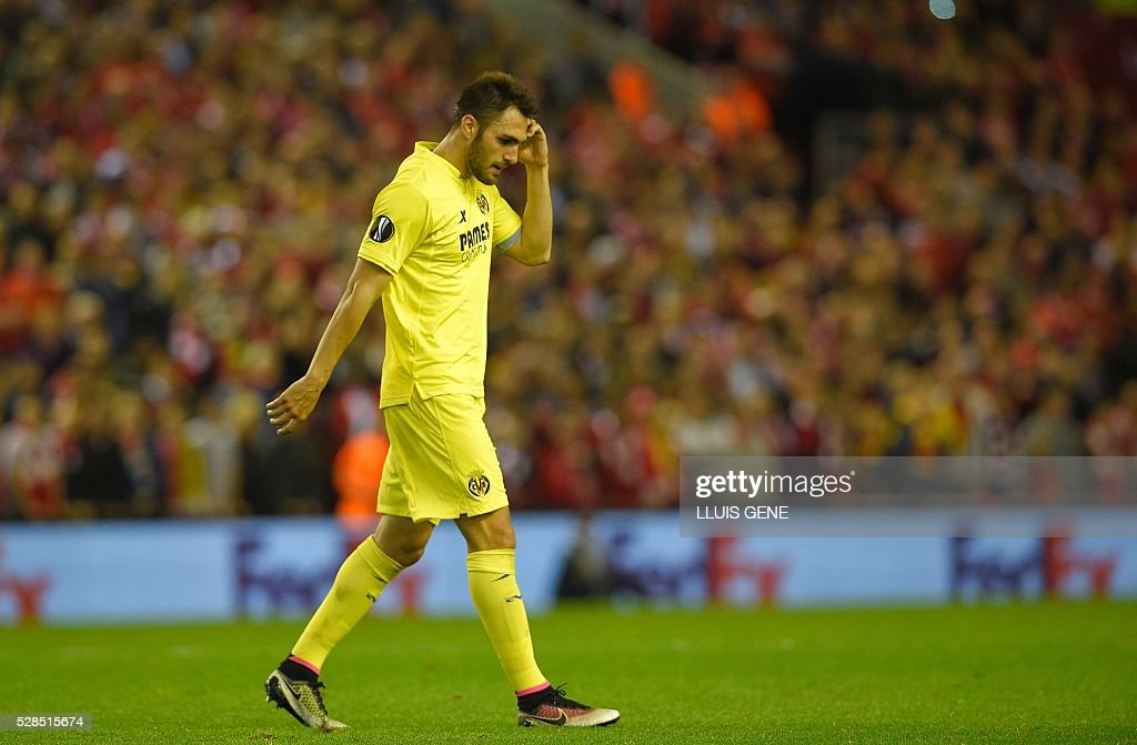 Villarreal's defender Victor Ruiz leaves the pitch after recieving the red card during the UEFA Europa League semi-final second leg football match between Liverpool and Villarreal CF at Anfield in Liverpool, northwest England on May 5, 2016. / AFP / LLUIS