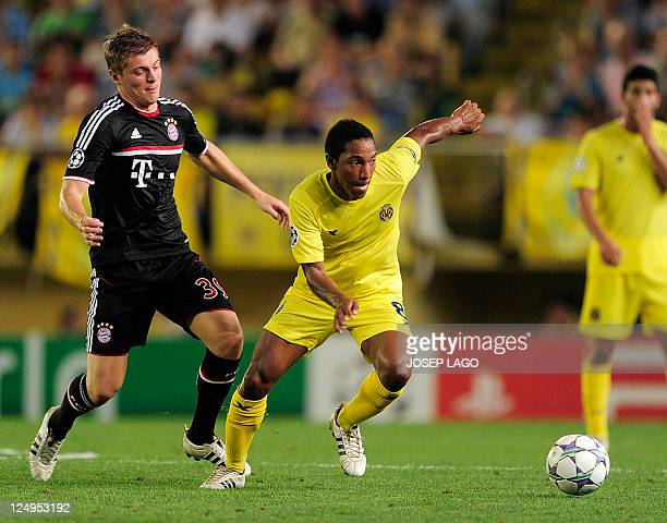 Villarreal's dutch midfielder Jonathan de Guzman vies with Bayern Munich's midfielder Toni Kroos during the UEFA Champions League football match...