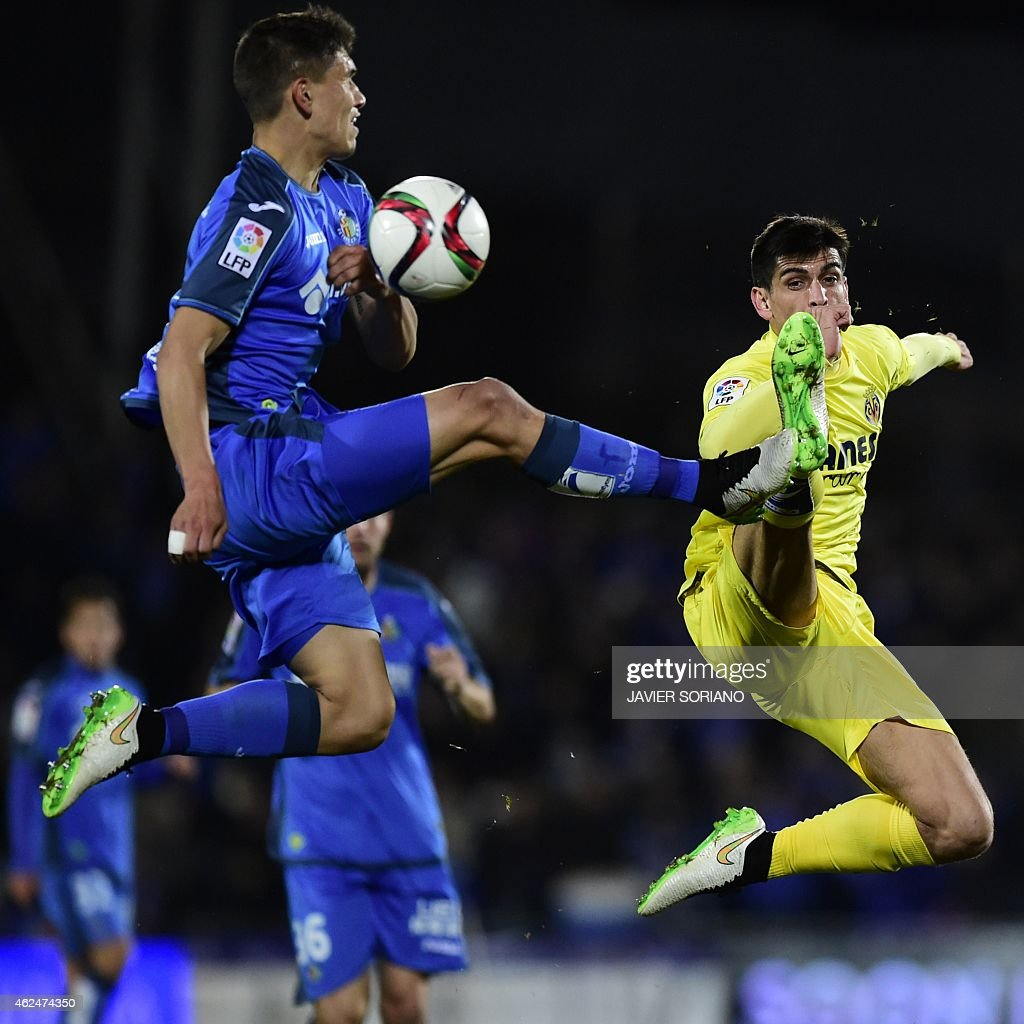 Villarreal's forward Gerard Moreno (R) vies with Getafe's Uruguayan defender Emiliano Velazquez during the Spanish Copa del Rey (King's Cup) quarter final second leg football match Getafe CF vs Villarreal CF at the Coliseum Alfonso Perez stadium in Getafe on January 29, 2015.