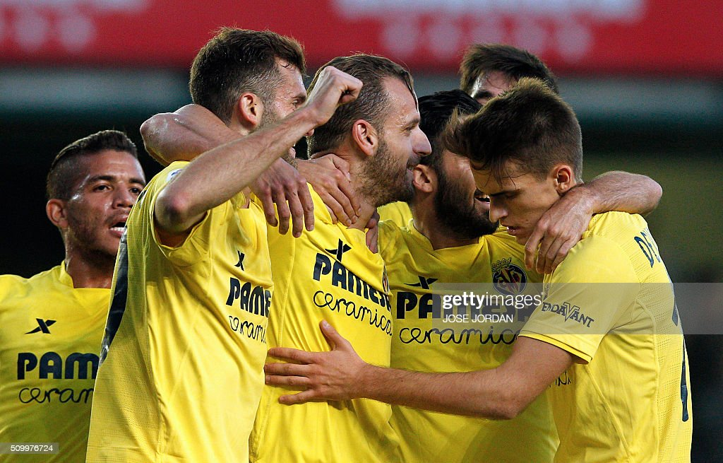 Villarreal's forward Roberto Soldado (C) celebrates a goal with teammates during the Spanish league football match Villarreal CF vs Malaga CF at the at El Madrigal stadium in Vila-real on February 13, 2016. / AFP / Jose Jordan