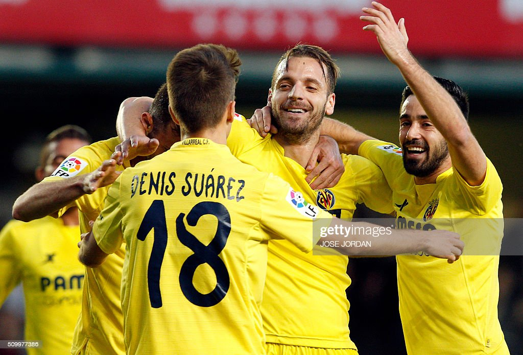 Villarreal's forward Roberto Soldado (2nd R) celebrates a goal with teammates during the Spanish league football match Villarreal CF vs Malaga CF at the at El Madrigal stadium in Vila-real on February 13, 2016. / AFP / Jose Jordan