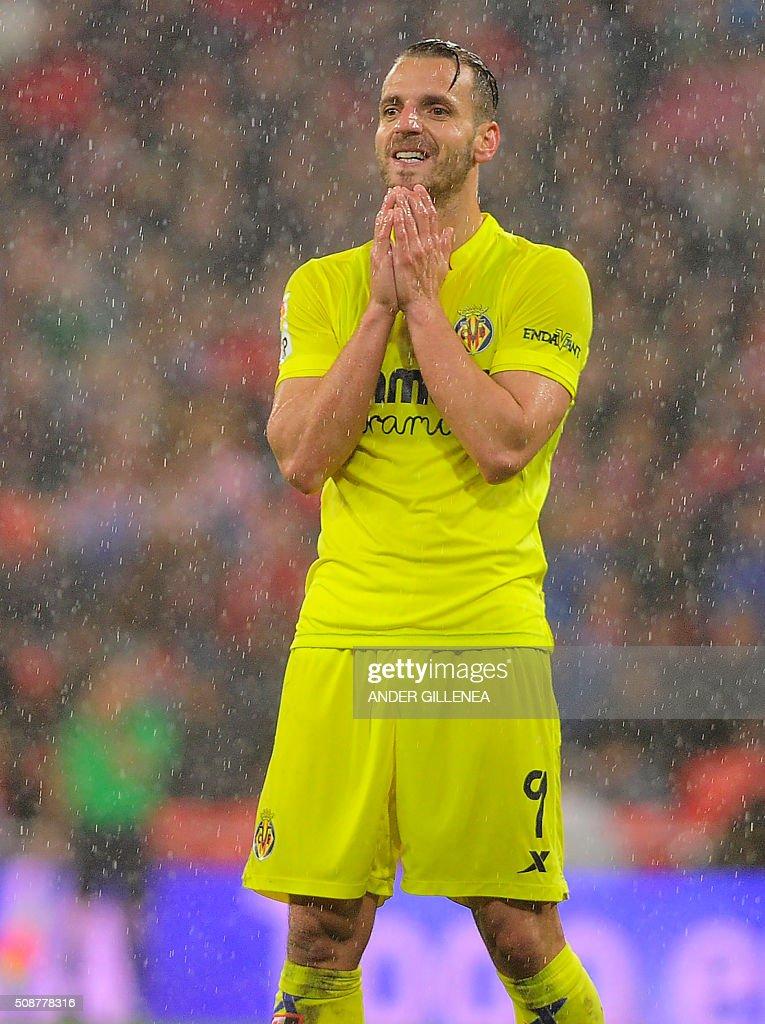 Villarreal's forward Roberto Soldado gestures during the Spanish league football match Athletic Club Bilbao vs Villarreal CF at the San Mames stadium in Bilbao on February 6, 2016. AFP PHOTO / ANDER GILLENEA / AFP / ANDER GILLENEA