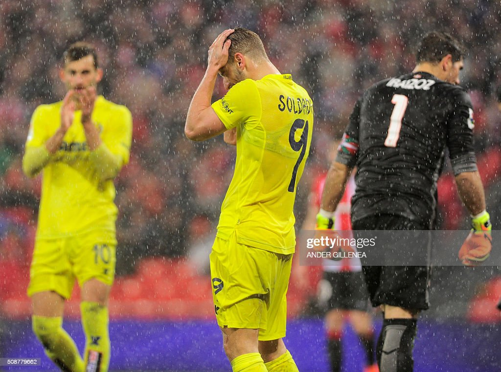 Villarreal's forward Roberto Soldado (C) gestures during the Spanish league football match Athletic Club Bilbao vs Villarreal CF at the San Mames stadium in Bilbao on February 6, 2016. The match ended in a draw 0-0. AFP PHOTO / ANDER GILLENEA / AFP / ANDER GILLENEA
