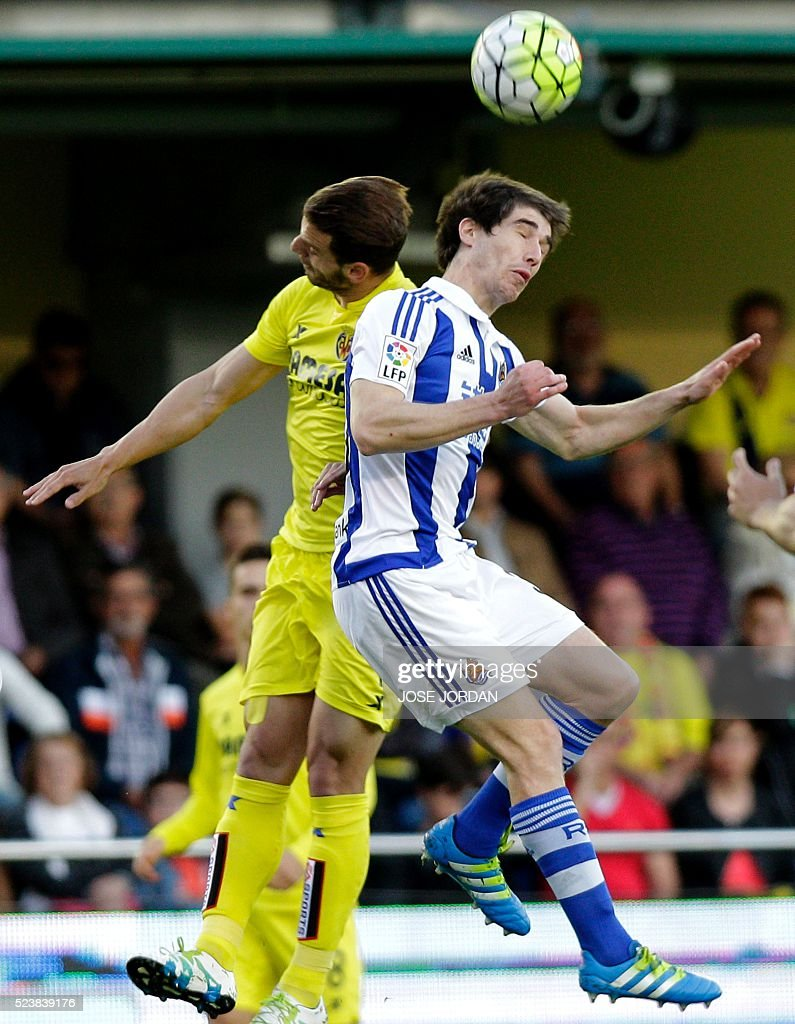 Villarreal's forward Roberto Soldado vies wit Real Sociedad's defender Mikel Gonzalez during the Spanish League football match Villarreal CF vs Real...