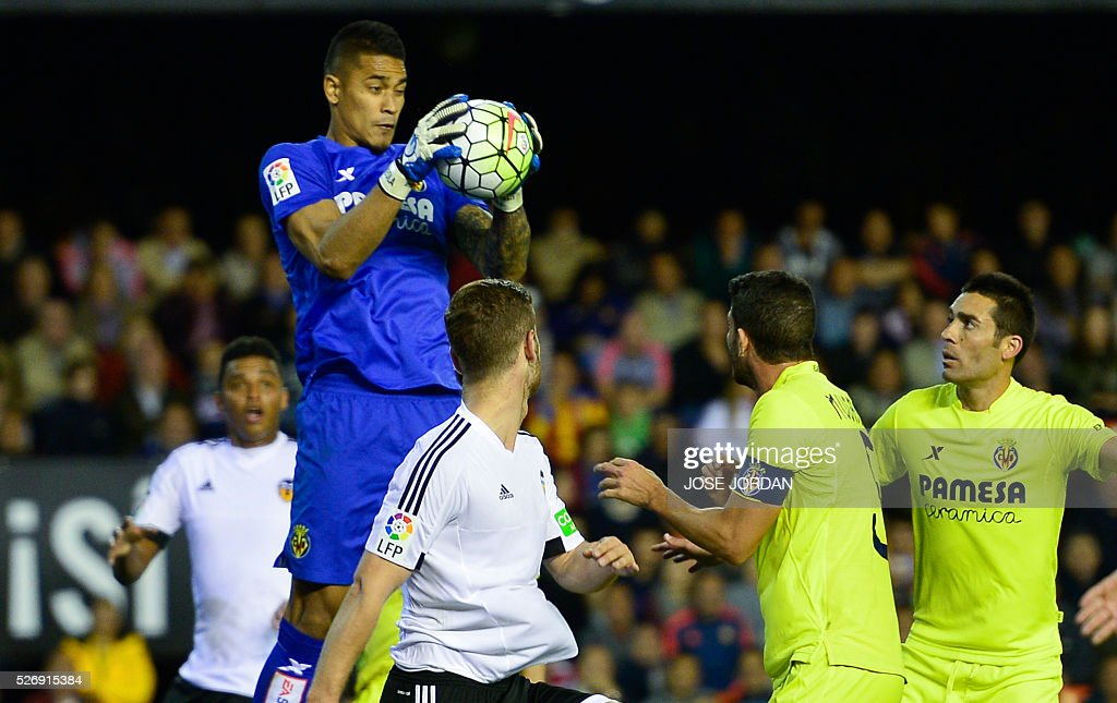 Villarreal's French goalkeeper Alphonse Areola (L)catches the ball during the Spanish league football match Valencia CF vs Villarreal CF at the Mestalla stadium in Valencia on May 1, 2016. / AFP / JOSE