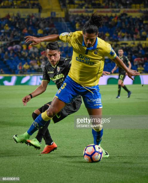 Villarreal's German forward Nicola Sansone vies Las Palmas' Uruguayan defender Mauricio Lemos during the Spanish league football match UD Las Palmas...