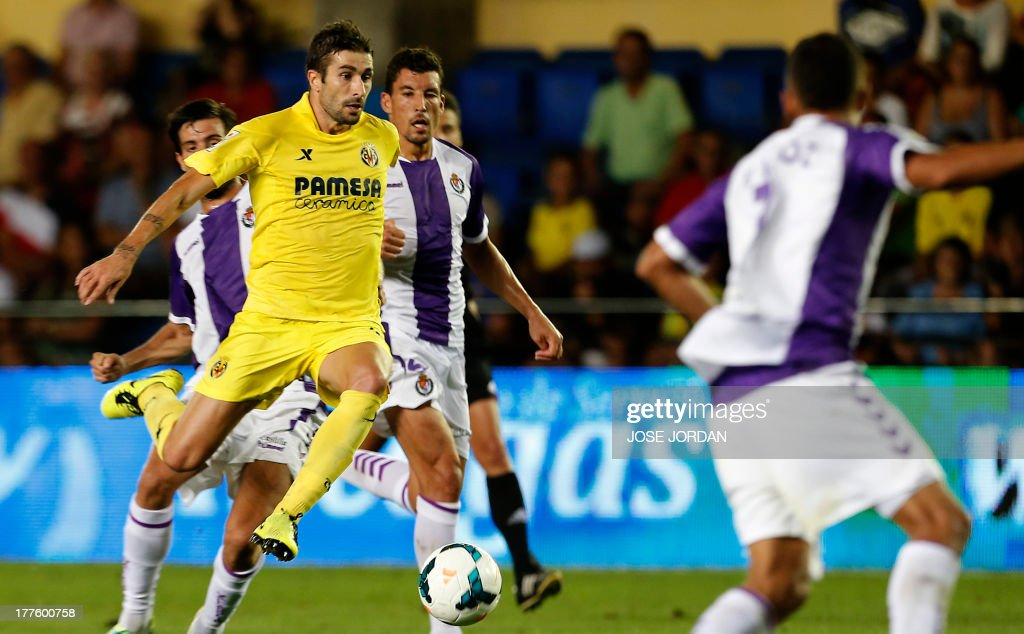 Villarreal's midfielder Cani (L) scores during the Spanish league football match Villarreal CF vs Real Valladolid FC de Madrid at El Madrigal stadium in Villareal on August 24, 2013.