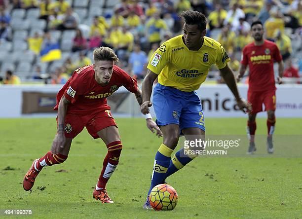 Villarreal's midfielder Nahuel vies with Las Palmas' defender David Simon during the Spanish league football match UD Las Palmas vs Villarreal CF at...