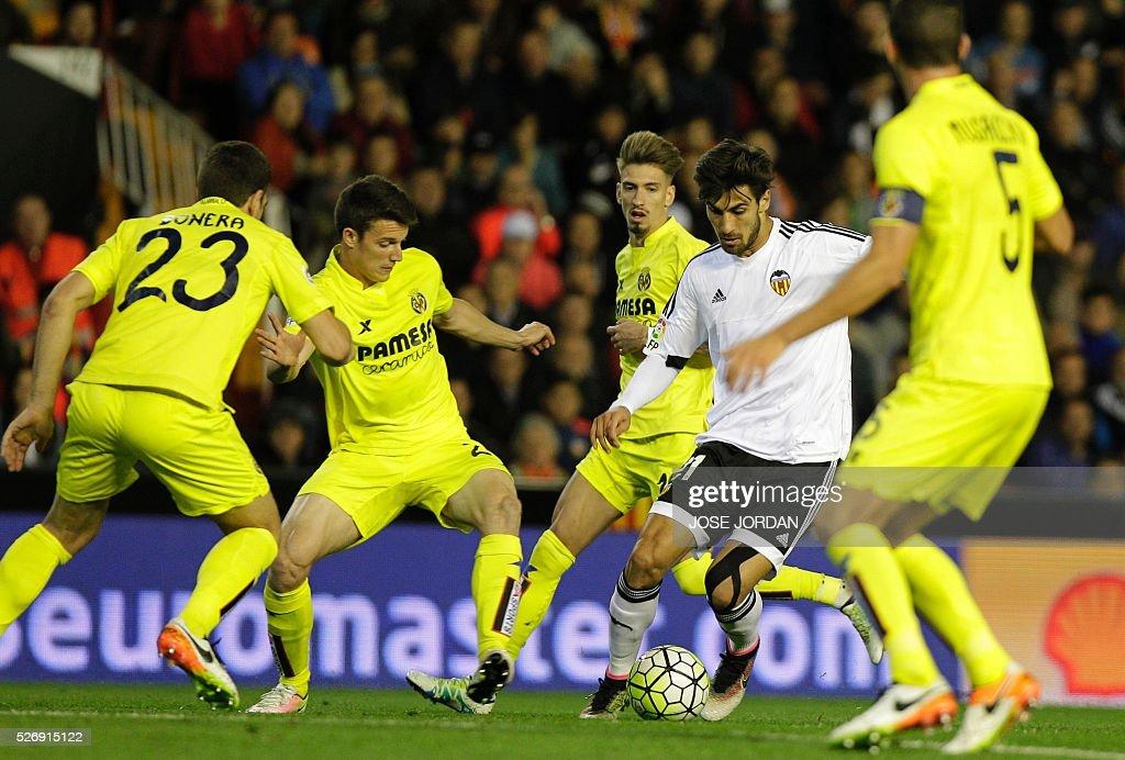 Villarreal's midfielder Rodrigo (L) vies with Valencia's Portuguese midfielder Andre Gomes during the Spanish league football match Valencia CF vs Villarreal CF at the Mestalla stadium in Valencia on May 1, 2016. / AFP / JOSE