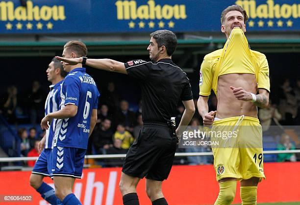 Villarreal's midfielder Samuel Castillejo misses an attempt on goal during the Spanish league football match Villarreal CF vs Deportivo Alaves at El...