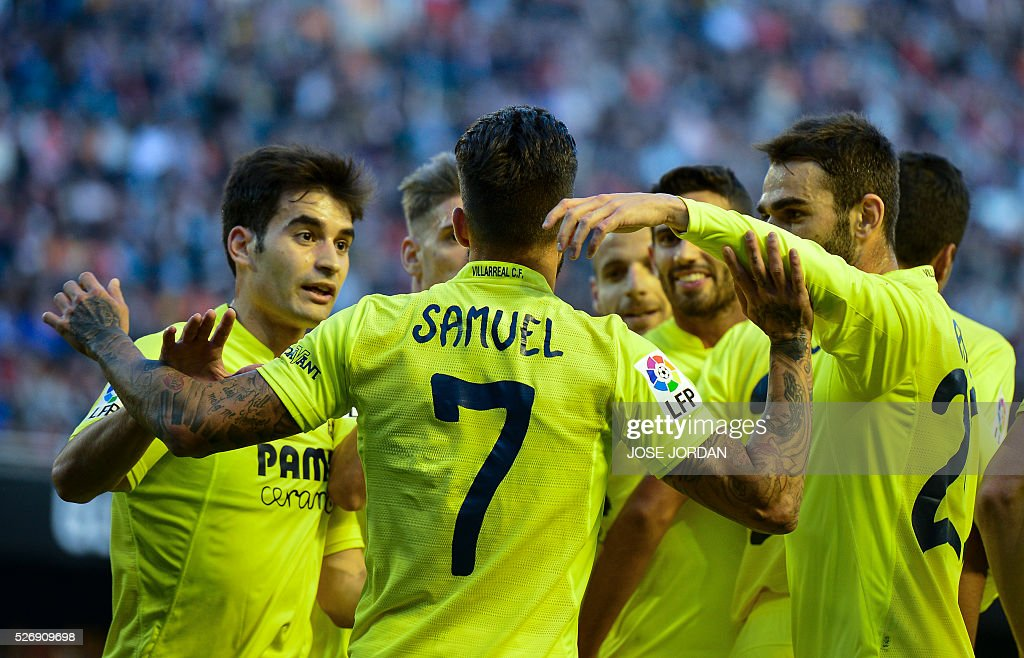 Villarreal's midfielder Samuel Garcia (C) celebrates with teammates after scoring during the Spanish league football match Valencia CF vs Villarreal CF at the Mestalla stadium in Valencia on May 1, 2016. / AFP / JOSE