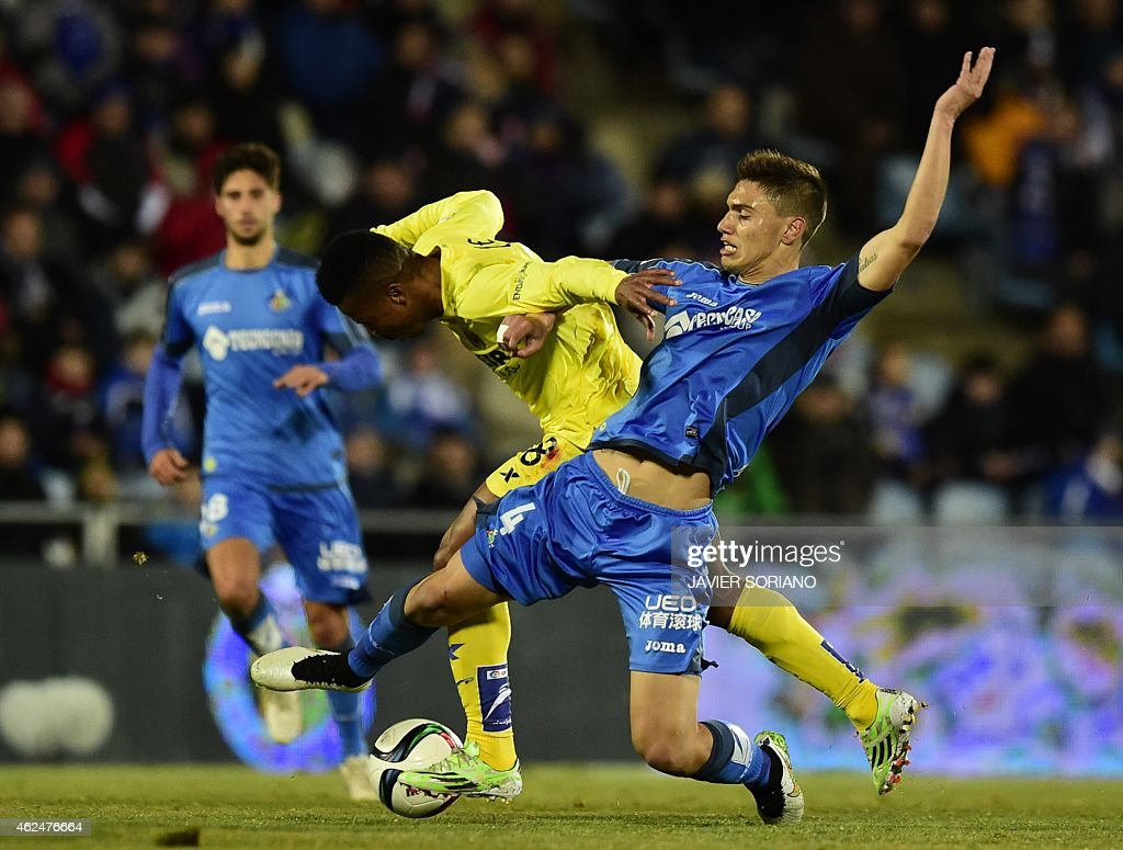 Villarreal's Nigerian forward <a gi-track='captionPersonalityLinkClicked' href=/galleries/search?phrase=Ikechukwu+Uche&family=editorial&specificpeople=4852786 ng-click='$event.stopPropagation()'>Ikechukwu Uche</a> (L) vies with Getafe's Uruguayan defender Emiliano Velazquez during the Spanish Copa del Rey (King's Cup) quarter final second leg football match Getafe CF vs Villarreal CF at the Coliseum Alfonso Perez stadium in Getafe on January 29, 2015.