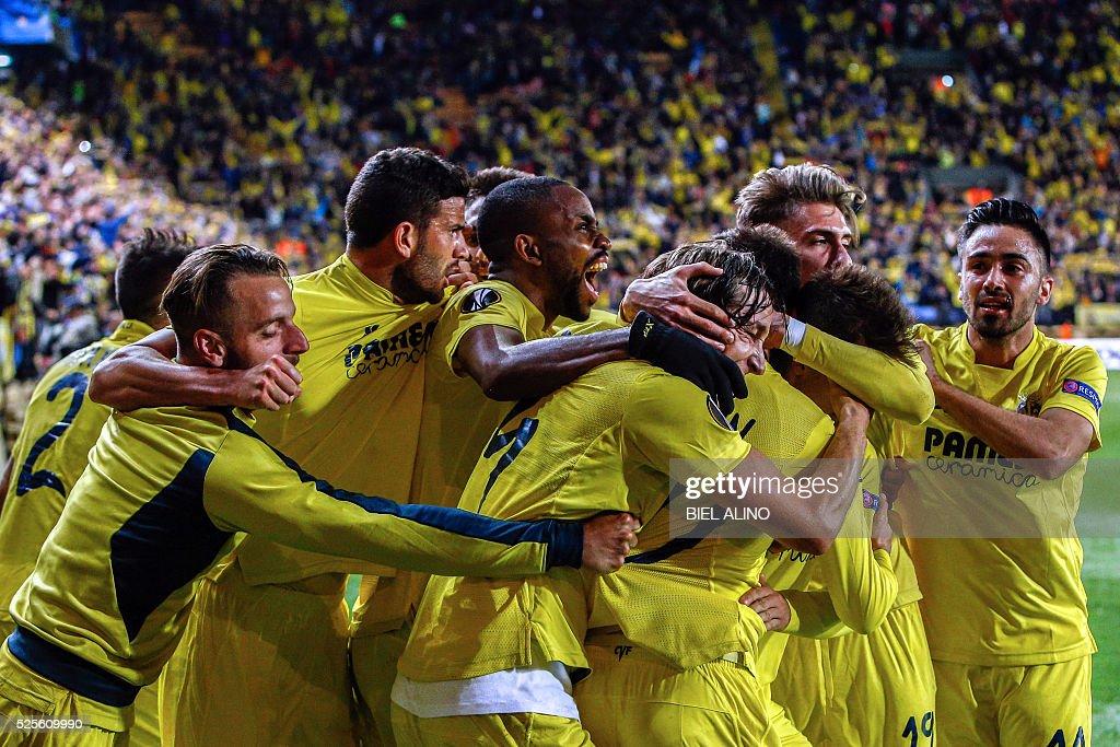 Villarreal's players celebrate a goal during the UEFA Europa League semifinal first leg football match Villarreal CF vs Liverpool FC at El Madrigal stadium in Vila-real on April 28, 2016. / AFP / BIEL