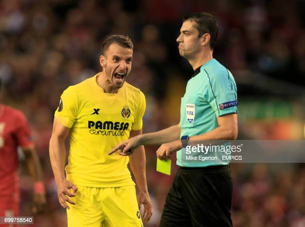 Villarreal's Roberto Soldado reacts to a yellow card from match referee Viktor Kassai
