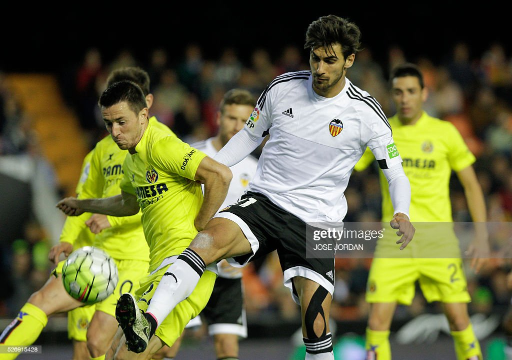 Villarreal's Serbian defender Antonio Rukavina (L) vies with Valencia's Portuguese midfielder Andre Gomes during the Spanish league football match Valencia CF vs Villarreal CF at the Mestalla stadium in Valencia on May 1, 2016. / AFP / JOSE