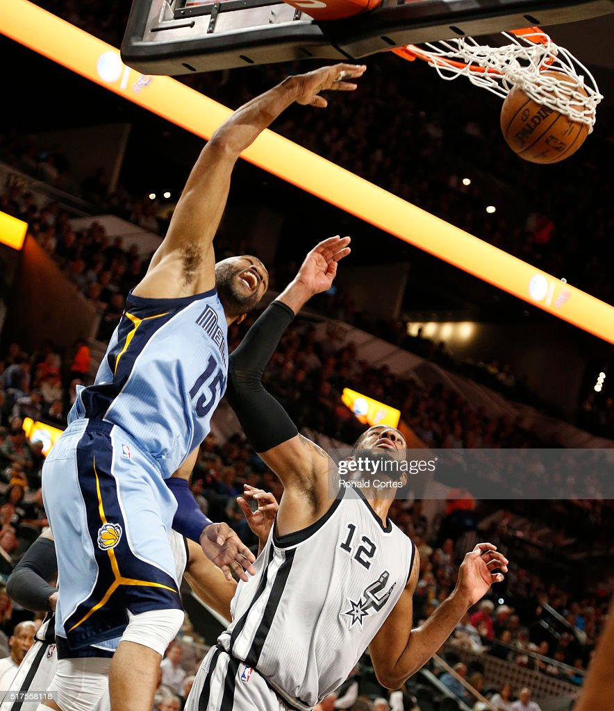 Vince Carter of the Memphis Grizzlies dunks in front of LaMarcus Aldridge of the San Antonio Spurs at ATT Center on March 25 2016 in San Antonio...