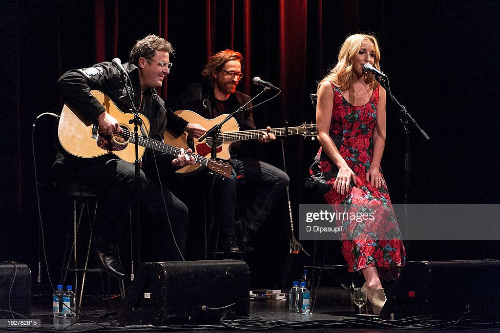 <a gi-track='captionPersonalityLinkClicked' href=/galleries/search?phrase=Vince+Gill&family=editorial&specificpeople=215309 ng-click='$event.stopPropagation()'>Vince Gill</a> (L) and Ashley Monroe (R) perform on stage during the All For The Hall New York concert benefiting the Country Music Hall Of Fame at Best Buy Theater on February 26, 2013 in New York City.