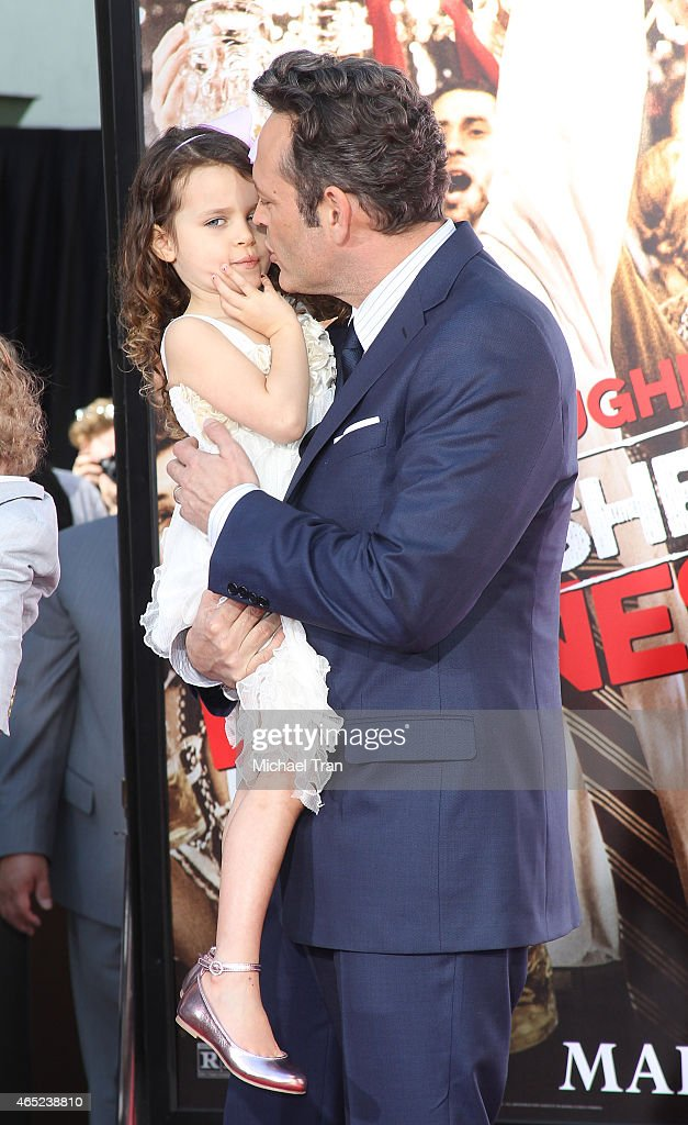 Vince Vaughn Places Handprints-Footprints In Cement At TCL ...