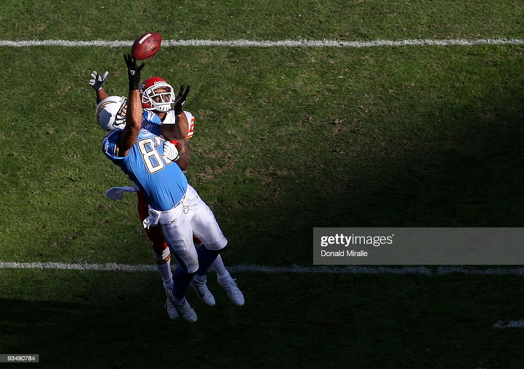 Vincent Jackson of the San Diego Chargers tries to catch the ball against the Kansas City Chiefs during the NFL game on November 29 2009 at Qualcomm...