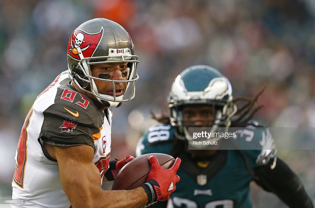 Vincent Jackson of the Tampa Bay Buccaneers makes a first down catch in front of EJ Biggers of the Philadelphia Eagles during the third quarter at...