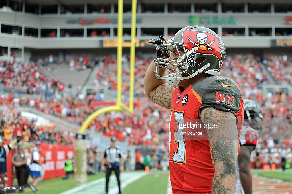 Vincent Jackson of the Tampa Bay Buccaneers sulutes the crowd after scoring a touchdown during the second quarter of the game against the Atlanta...
