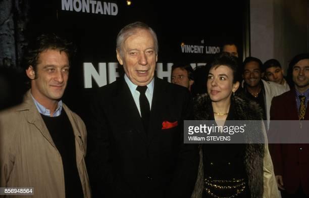 Vincent Lindon avec Yves Montand et sa compagne Carole Amiel a la premiere du film 'Netchaiev est de retour' realise par Jacques Deray le 22 janvier...