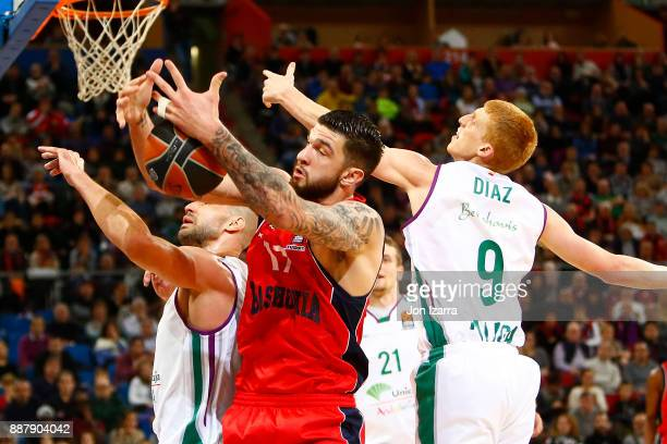 Vincent Poirier #17 of Baskonia Vitoria Gasteiz competes with Alberto Diaz #9 of Unicaja Malaga during the 2017/2018 Turkish Airlines EuroLeague...