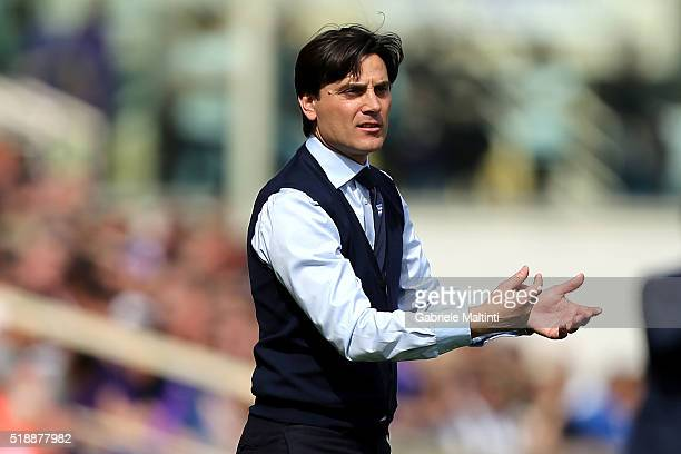 Vincenzo Montella manager of UC Sampdoria gives instructions during the Serie A match between ACF Fiorentina and UC Sampdoria at Artemio Franchi on...