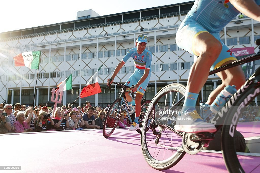 Vincenzo Nibali of cycling Team Astana arrives during the team presentation for the 99th Giro d'Italia (Tour of Italy) on May 5, 2016 in Apeldoorn. / AFP / ANP / Vincent Jannink / Netherlands OUT