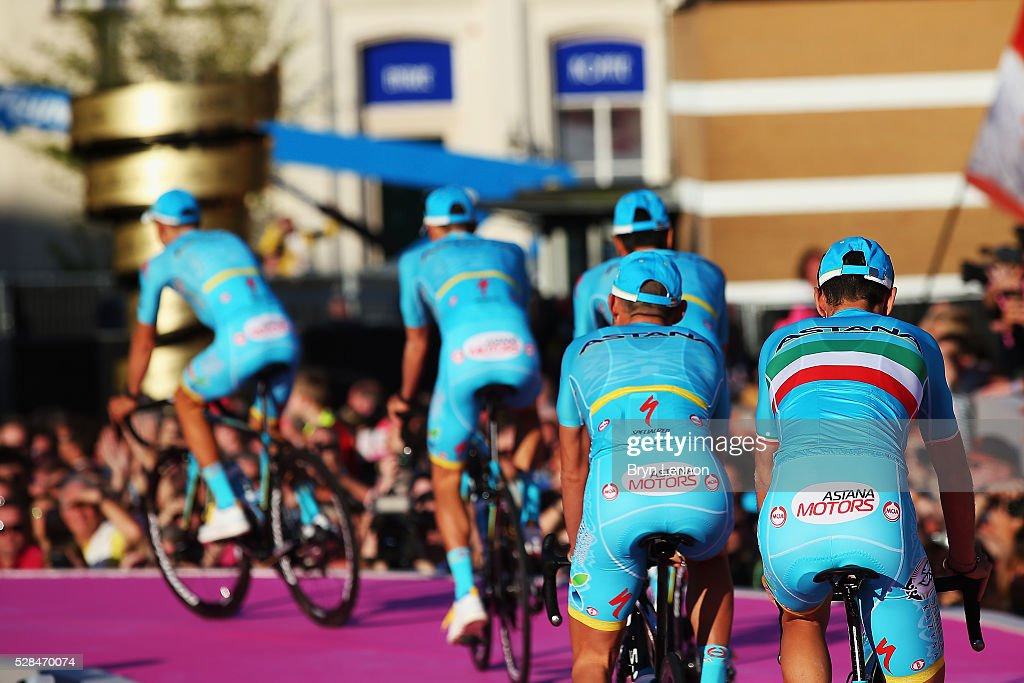 <a gi-track='captionPersonalityLinkClicked' href=/galleries/search?phrase=Vincenzo+Nibali&family=editorial&specificpeople=770634 ng-click='$event.stopPropagation()'>Vincenzo Nibali</a> of Italy and the Astana Pro Team attends the Opening Ceremony and official Team Presentation for the 2016 Giro d'Italia at the City Hall on May 05, 2016 in Apeldoorn, Netherlands.