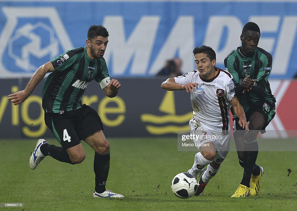 Vincenzo Sarno (C) of Reggina Calcio competes for the ball with Francesco Magnanelli (L) and <a gi-track='captionPersonalityLinkClicked' href=/galleries/search?phrase=Richmond+Boakye&family=editorial&specificpeople=6886367 ng-click='$event.stopPropagation()'>Richmond Boakye</a> (R) of US Sassuolo during the Serie B match between US Sassuolo and Reggina Calcio at Alberto Braglia Stadium on November 24, 2012 in Modena, Italy.