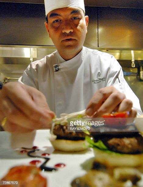 Vindex Tengker executive chef prepares hamburgers at a hotel in Jakarta 21 December 2006 A luxury hotel in Indonesia is cooking up an exotic 110USD...