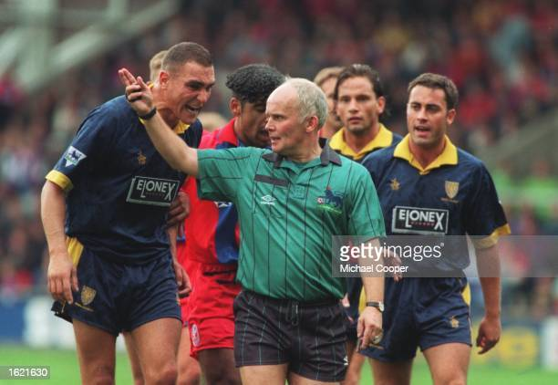 VINNie JONES SHOWS HIS ANGER TOWARD THE REFEREE DURING THE LONDON DERBY BETWEEN CRYSTAL PALACE AND WIMBLEDON IN THE ENGLISH PREMIER LEAGUE THE GAME...