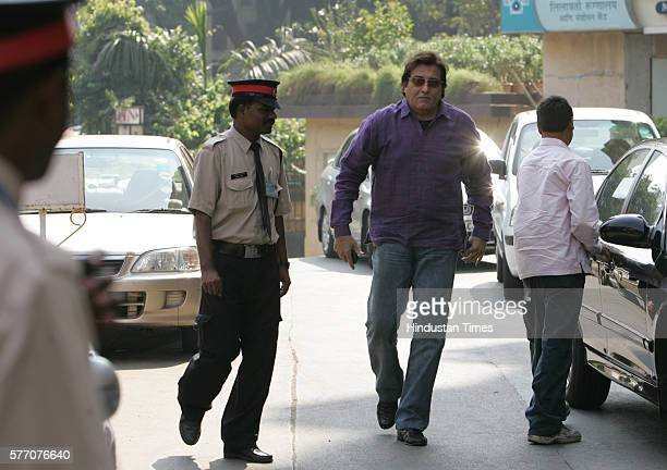 Vinod Khanna outside Lilavati Hospital