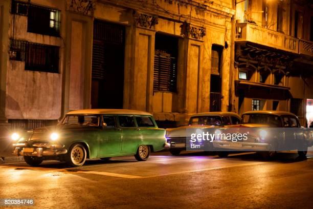 Amerikanische Oldtimer Nachtfahrten in Havanna, Kuba