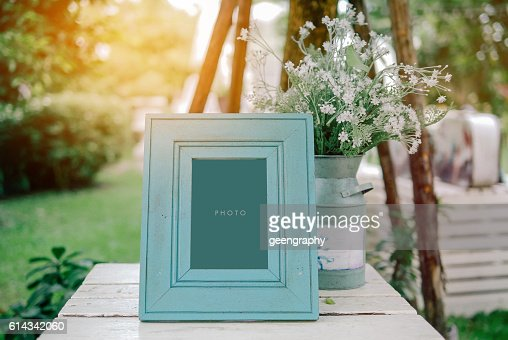 vintage blank frame with flowerpot on table in wedding day : Foto de stock