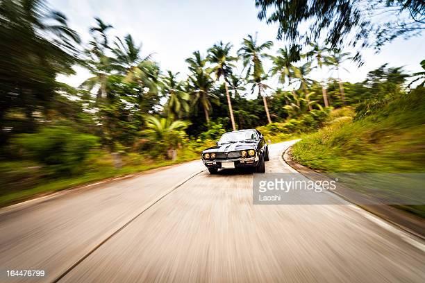 Vintage Auto auf forest road