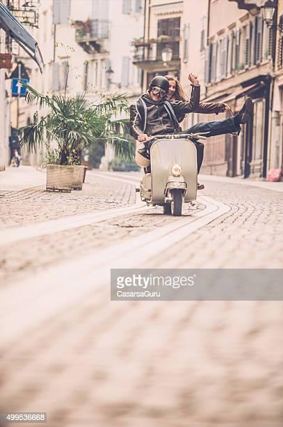 Coppia con Scooter Vintage in Italia