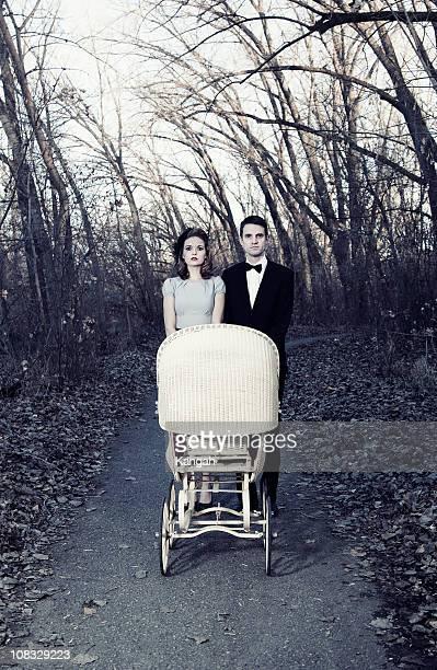 Vintage Paar mit Kinderwagen