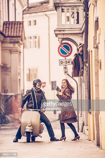 Vintage coppia con Scooter Vespa in Italia