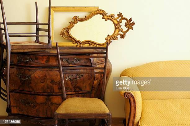 Des meubles Vintage à l'intérieur de magasin d'antiquités