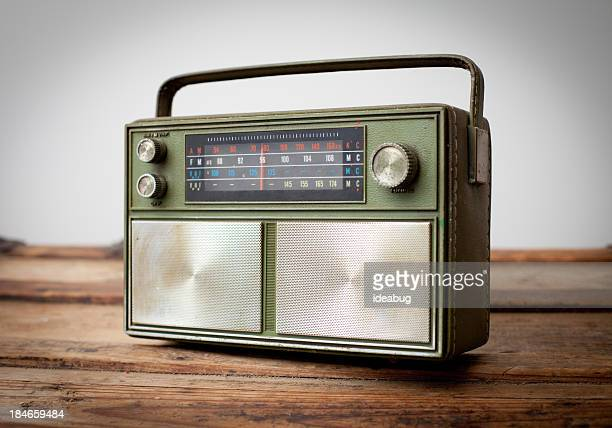 Vert Vintage Radio Portable assis sur la Table en bois