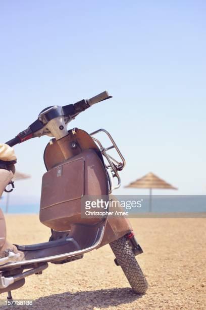 Vintage Motorroller geparkt am Strand