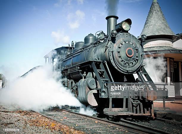 Retro Steam Locomotive an einem klaren Tag auf dem Bahnsteig
