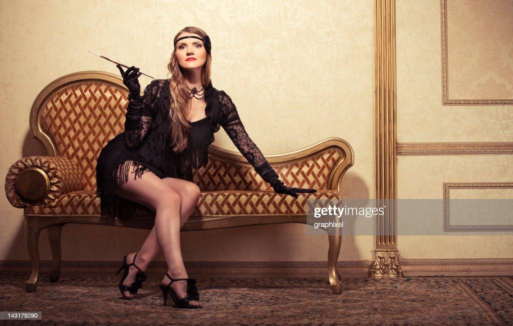 Stile vintage di fumare donna sul divano foto stock getty images - Video sesso sul divano ...