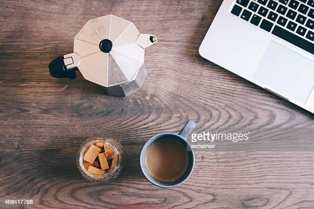 vintage image teintée de tasses à café sur la table
