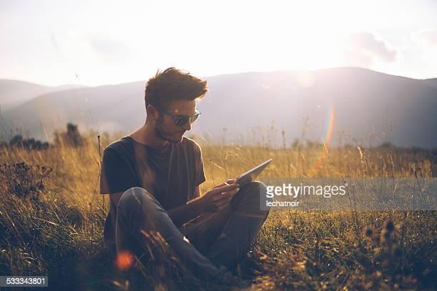 Vintage-Farben Porträt eines jungen Mannes lesen