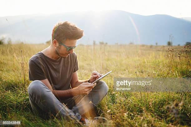 Vintage tonos Retrato de un joven hombre sentado y relajante
